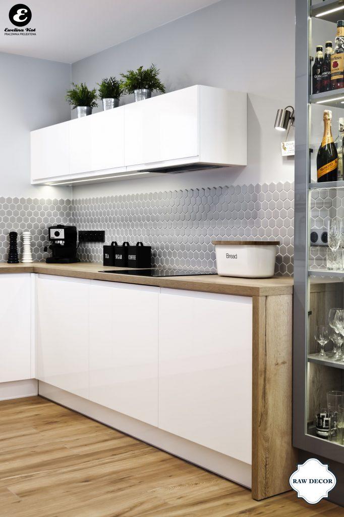 jasna-kuchnia-z-drewniana-podloga-i-szarymi-scianami-udekorowanymi-szara-mozaika-ceramiczna-heksagon-marki-raw-decor